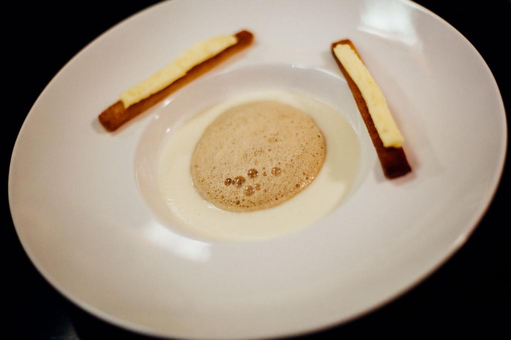 Velouté de chou-fleur, espuma café, mouilettes au beure d'étrez demi-sel